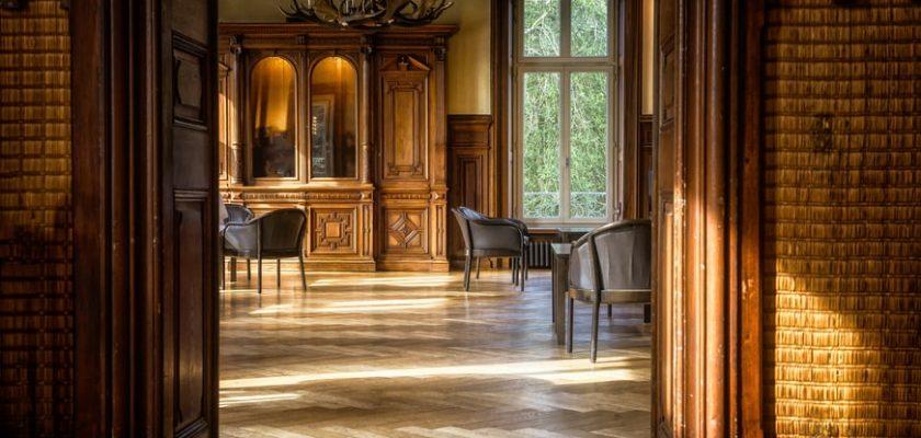 How To Choose Between Hardwood & Laminate Flooring
